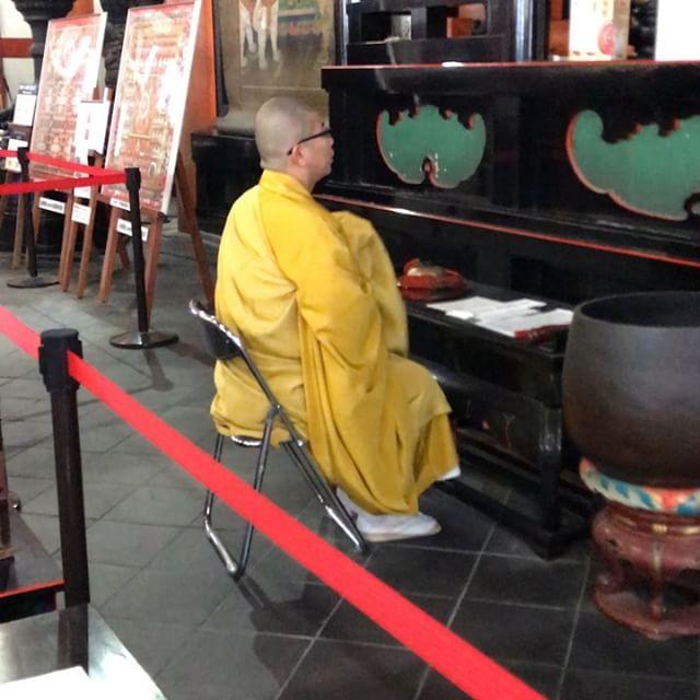 明けましておめでとうございます本年もよろしくお願いしますさて、初詣に行った京都の東寺で、読経の時間に巡り会えました観光客や初詣で堂内はいっぱいの人でガヤガヤ賑やかだったけど、読経が始まると、だんだんと多くの人が手を合わせ、閑かで清らかな空気に満たされていきました僧侶の読経と堂内の荘厳には、本当に力があります️信仰は偉大ですね〜。めちゃくちゃ嬉しかったです。さて、ちょっと風邪気味なのでこの辺で失礼します#僧侶#読経#荘厳#初詣#観光#東寺#仏教#信仰#仏壇屋です#法華者です実はね、その堂内の中でも手を合わせない人もいたんです。誰かわかりますか?………御朱印集めの人達でした気持ちはよ〜くわかりますが、読経や聞法にまさるものはありませんよ〜。せっかく頂いた積徳のチャンス逃さないで欲しいなぁ